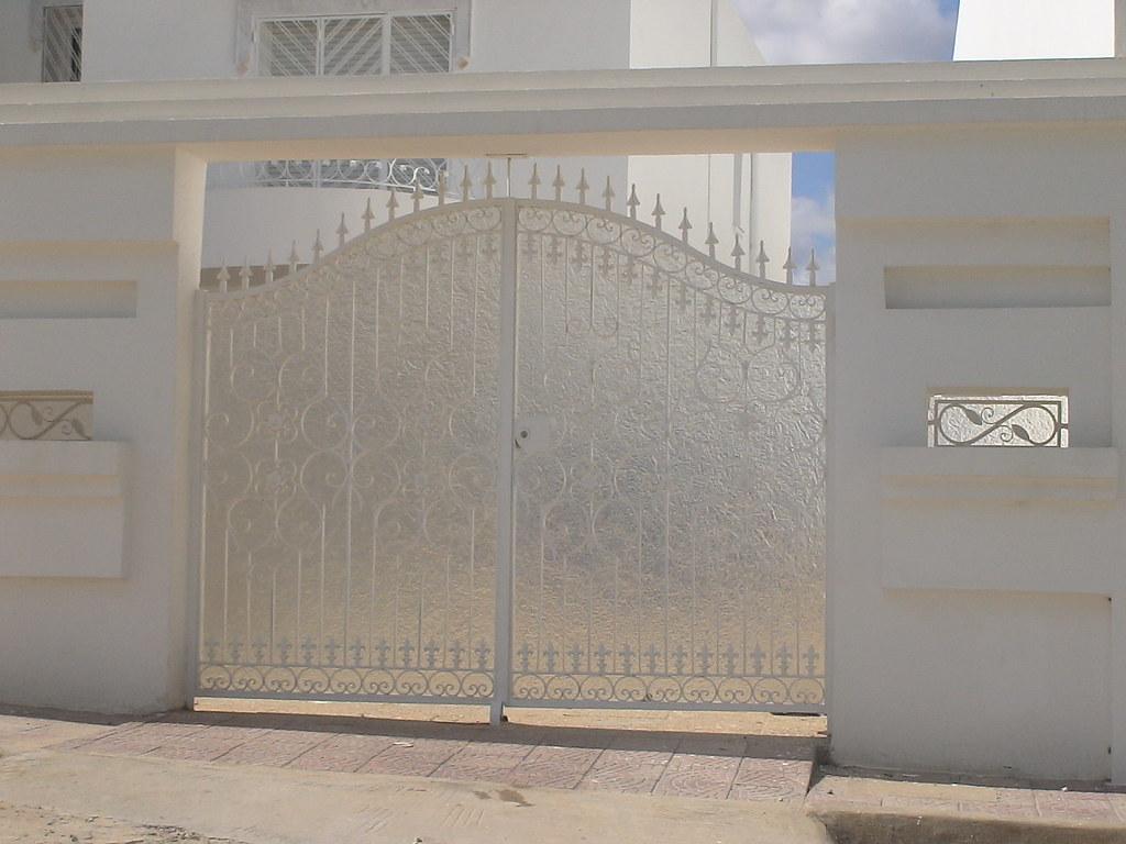 Style de porte exterieure en fer forg tunis for Porte en fer pour garage