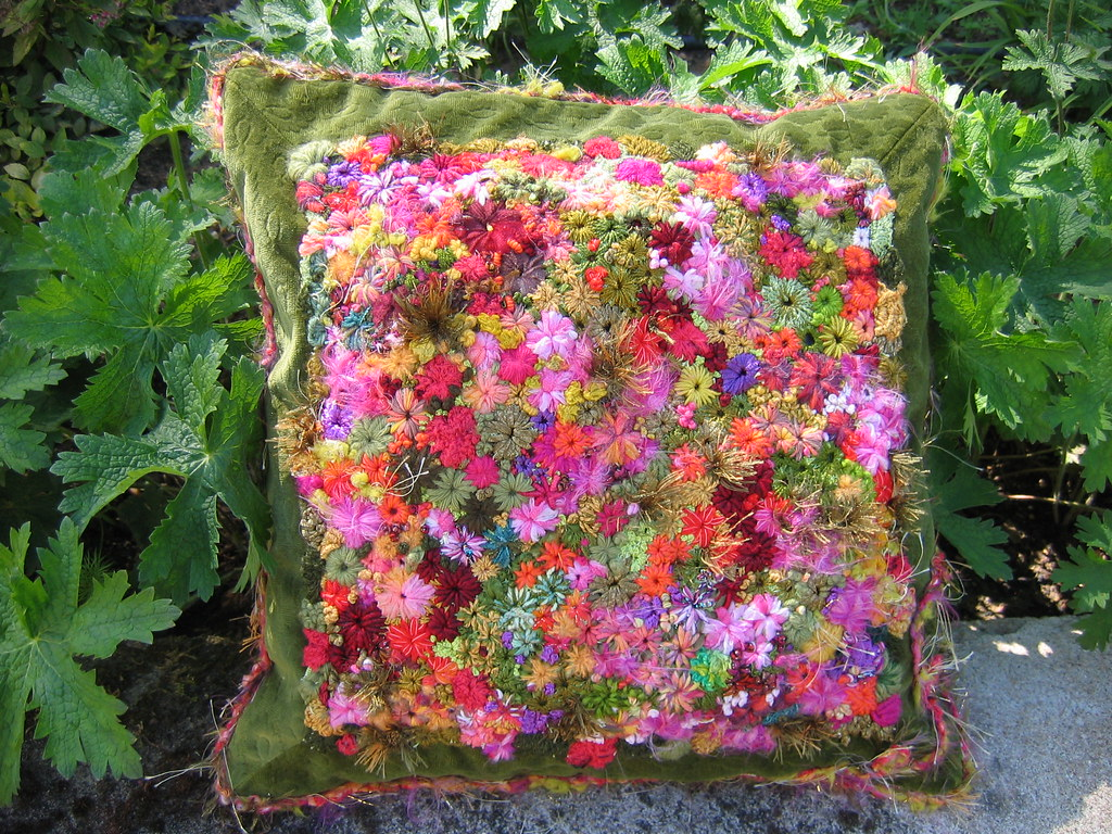 Coussin mille fleurs hand embroidery french knots