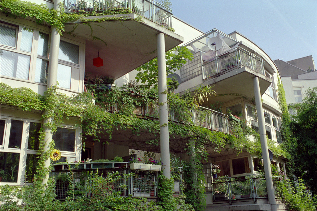berlin - LiMa housing overgrown 07 | Possibly an IBA '87 ...