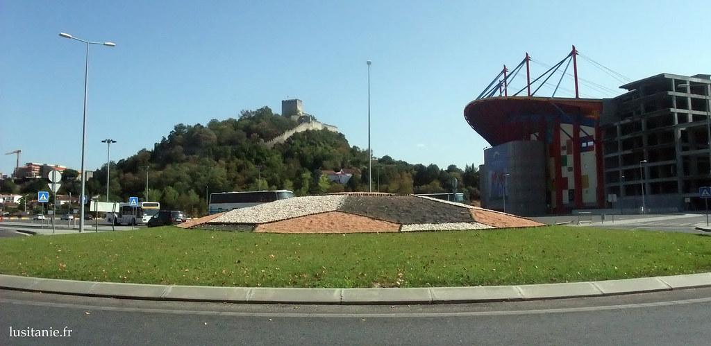 Le château médiéval cotoie le stade ultra moderne