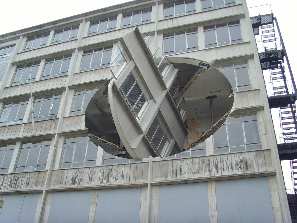 Fantastic moving 39 sculpture 39 that turns part of a building for Moving into a new build house tips