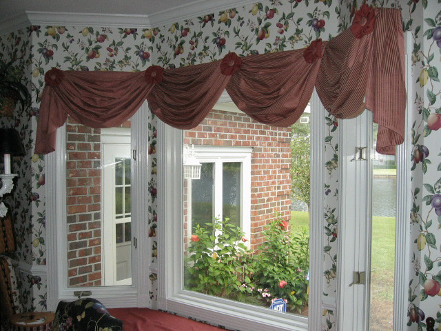 Queen anne swags with rosettes on bay window design for Queen anne windows
