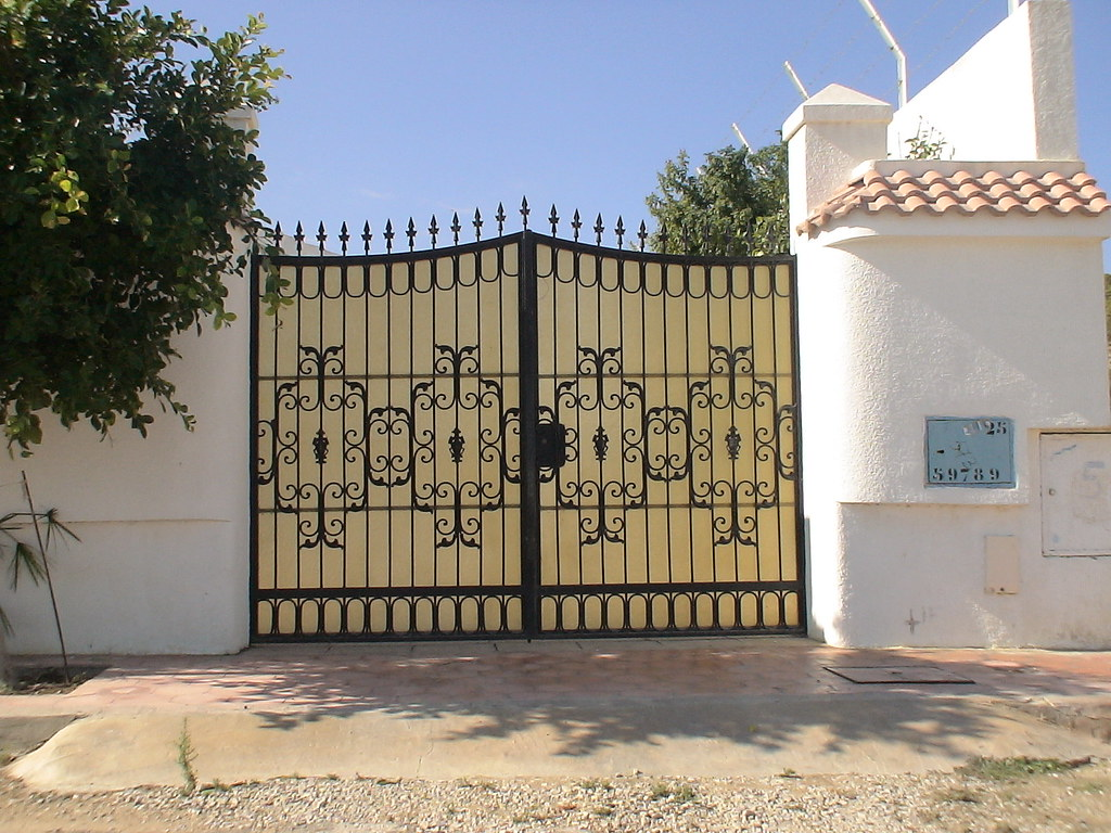 Style de porte exterieure en fer forg tunis for Portail fer forge tunisie