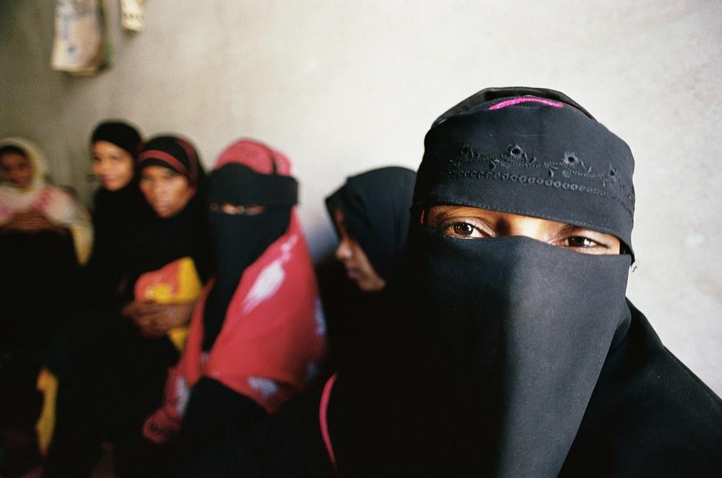 Women waiting women waiting at a beauty salon yemen for Salon yemenite