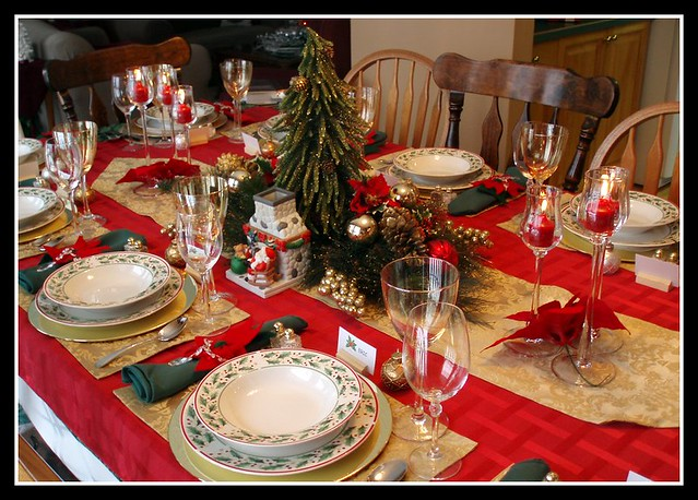 Christmas table setting table is set for christmas eve - Mesa de navidad decorada ...