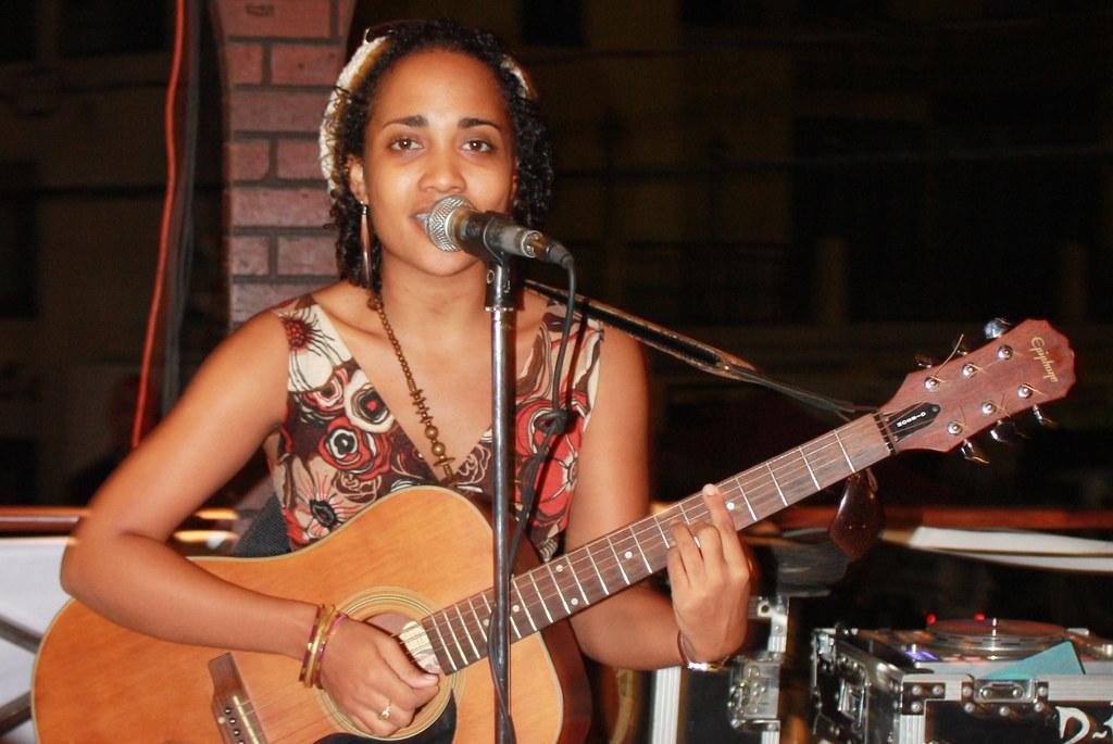 La Chica De La Guitarra La Chica De La Guitarra Foto