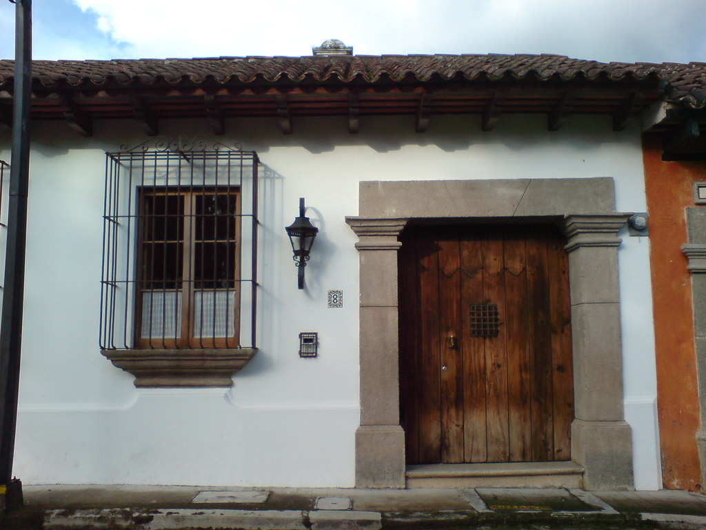 Fachada principal de una vivienda colonial en antigua guat for Fachadas de viviendas