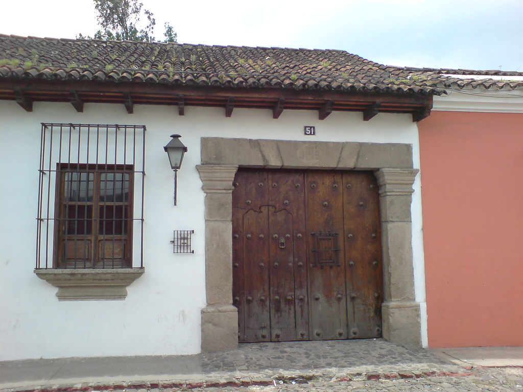 Casa colonial en una calle de antigua guatemala roberto for Casas modernas con puertas antiguas