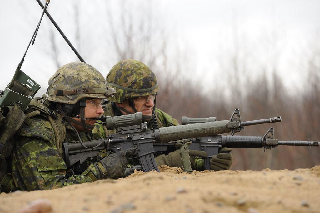 Soldats du 12 RBC aux aguets avec leurs C7 personnel | Flickr