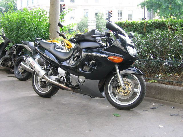 suzuki gsxf 750 with a direct influence from its. Black Bedroom Furniture Sets. Home Design Ideas
