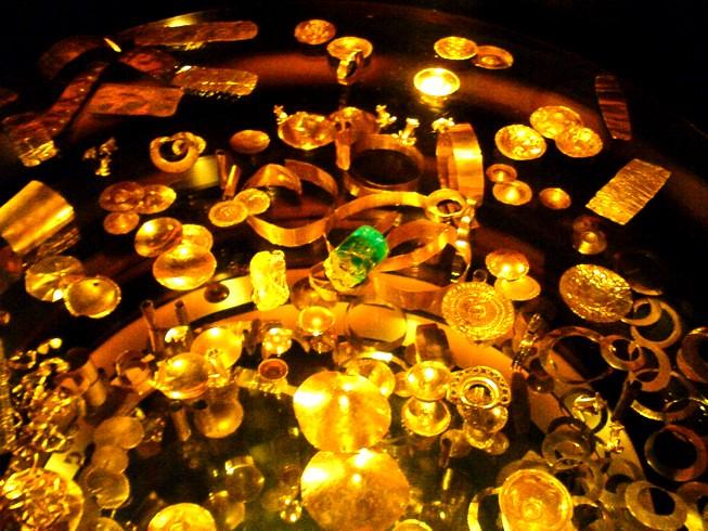 Conjunto De Piezas De Oro Y Esmeralda Museo Del Oro Bogo