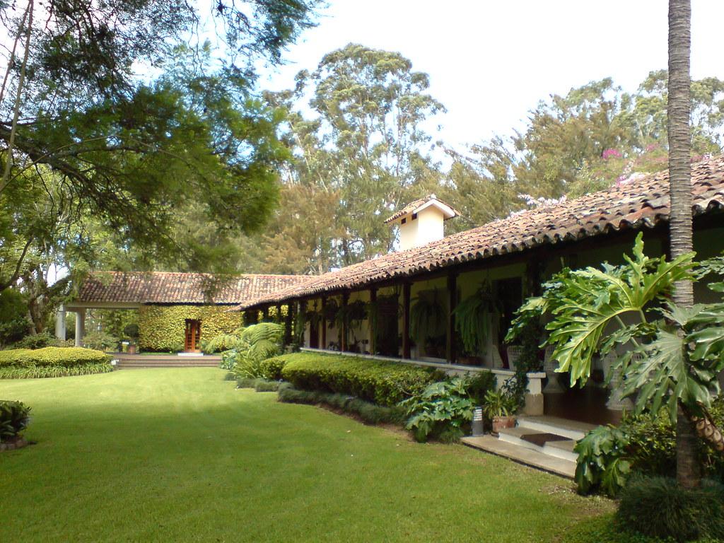 Jardines del cementerio los parques ciudad de guatemala for Cementerio jardin del oeste