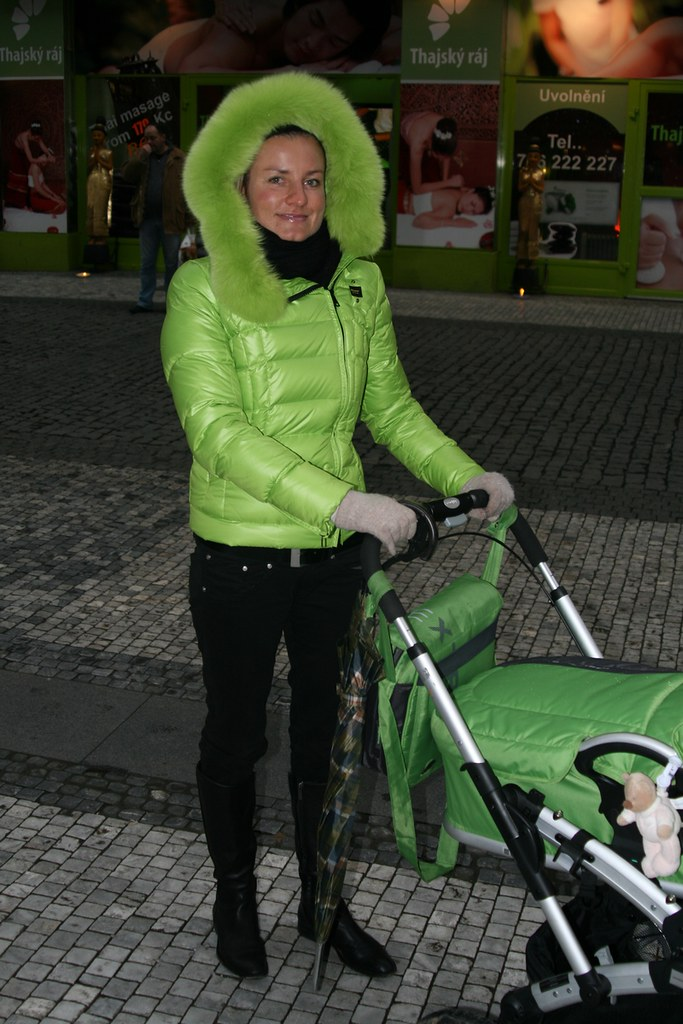 Young Lady In Green Puffy Downjacket Blauer With Big Fur H -5026