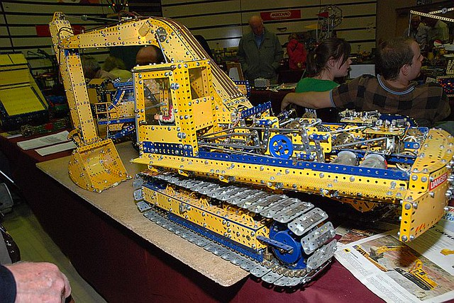 Hydraulically operated Meccano Caterpillar 245 Excavator b… | Flickr: https://www.flickr.com/photos/gregwebbphotographer/675929894