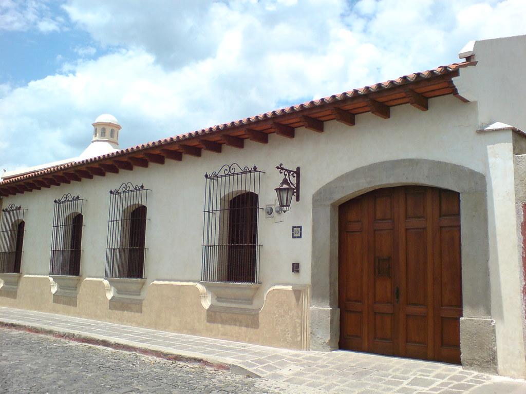 Casa colonial en antigua guatemala recien restaurada flickr - Fachadas antiguas de casas ...