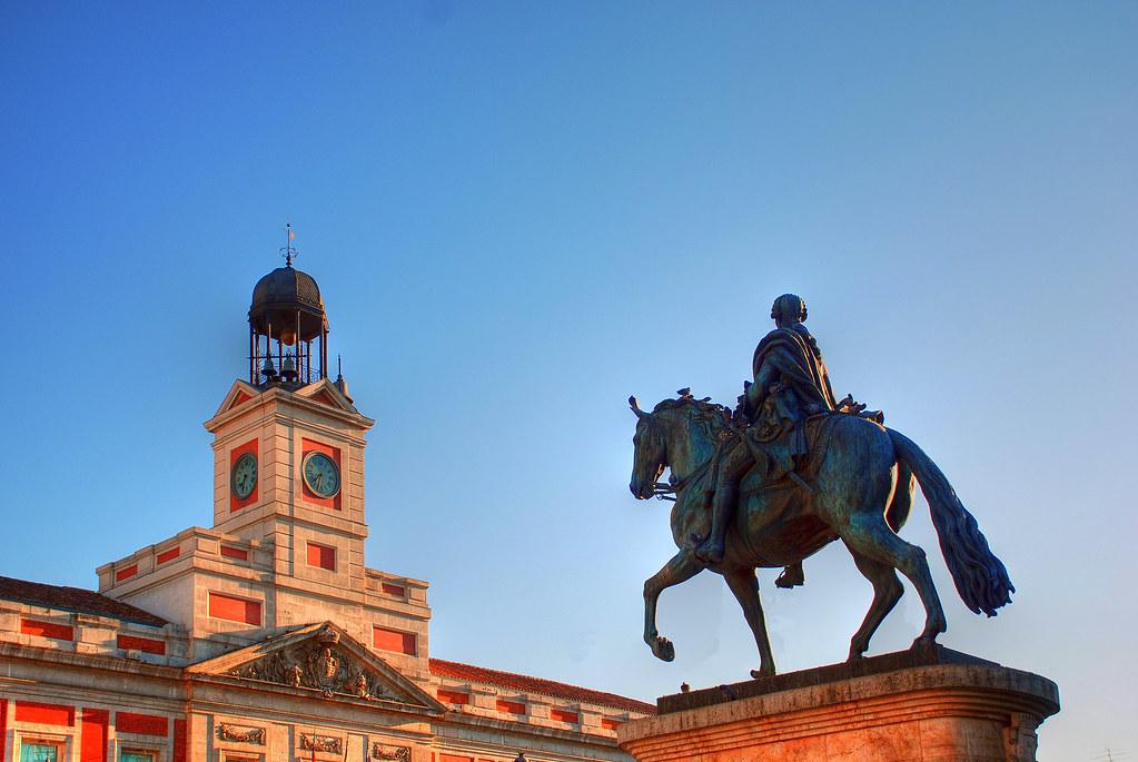 Madrid puerta del sol estatua de carlos iii y reloj de l for Casa de correos