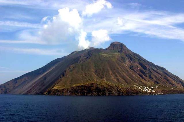 STROMBOLI - Volcano Island | Stromboli, an active volcanic ...