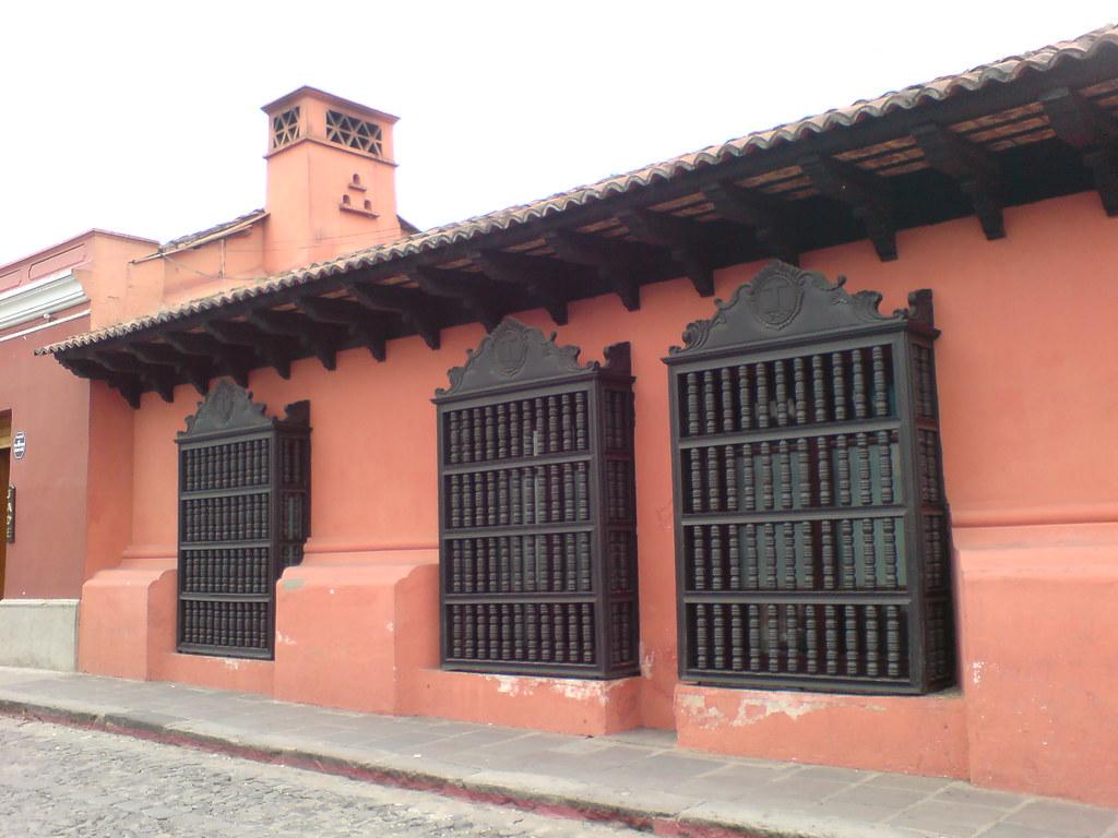 Balcones coloniales antigua guatemala roberto urrea for Tipos de toldos para balcones