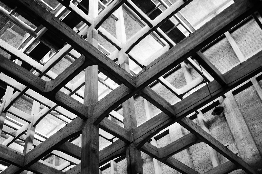 Cubic space division picture take inside an abandoned for Cubi spaceo