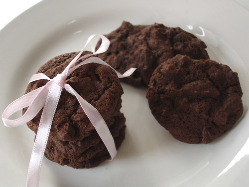Totally chocolate chocolate chip cookies / Cookies de chocolate com gotas de chocolate | by Patricia Scarpin