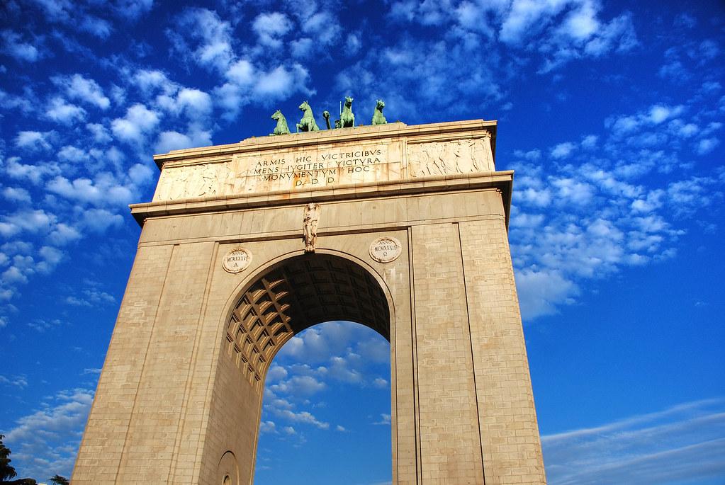 Madrid puerta de la moncloa el arco de la victoria de for Puerta la victoria
