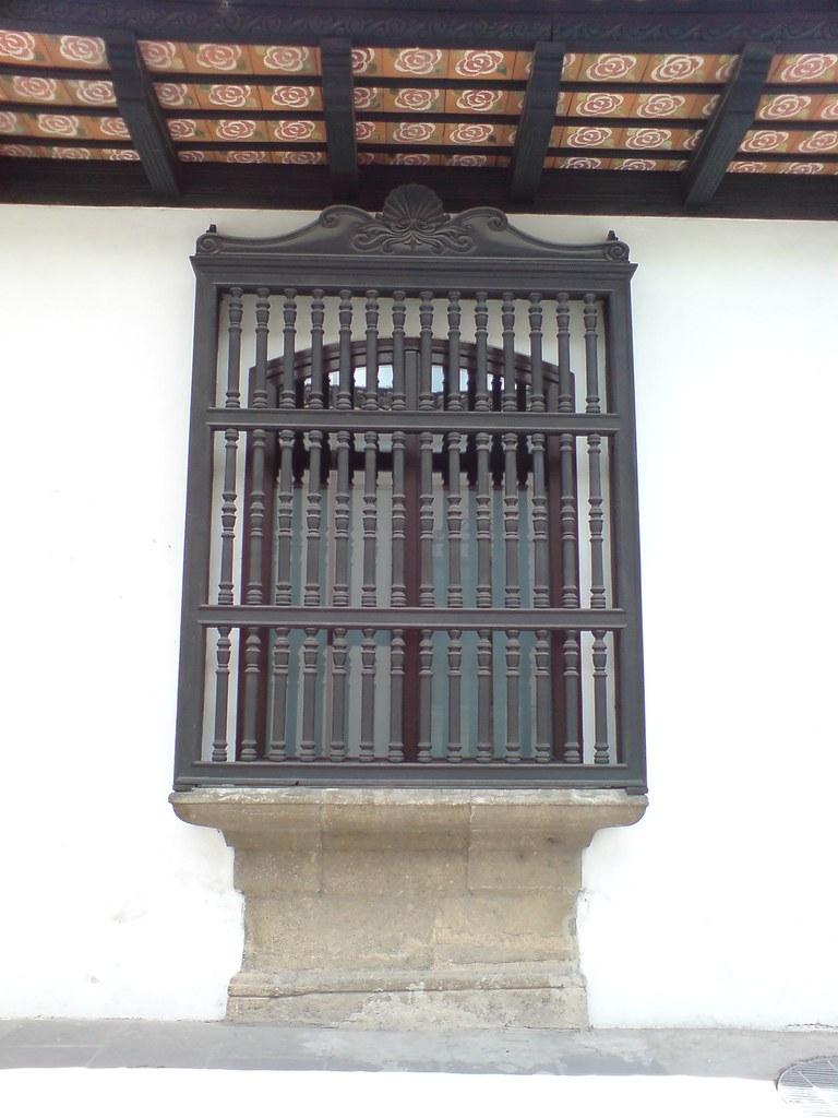 Ventana con balc n de madera torneada antigua guatemala - Balcones de madera ...