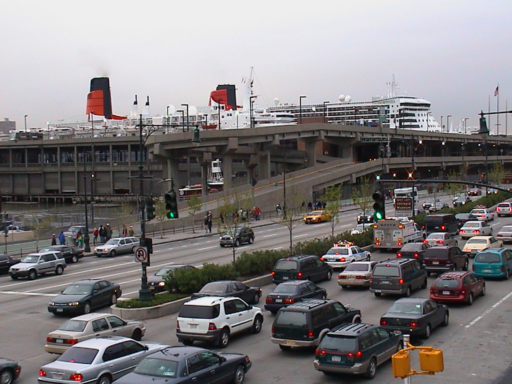 Dsc00031 queen mary 2 and qe2 in new york april 2004 for Sheltered balcony qm2