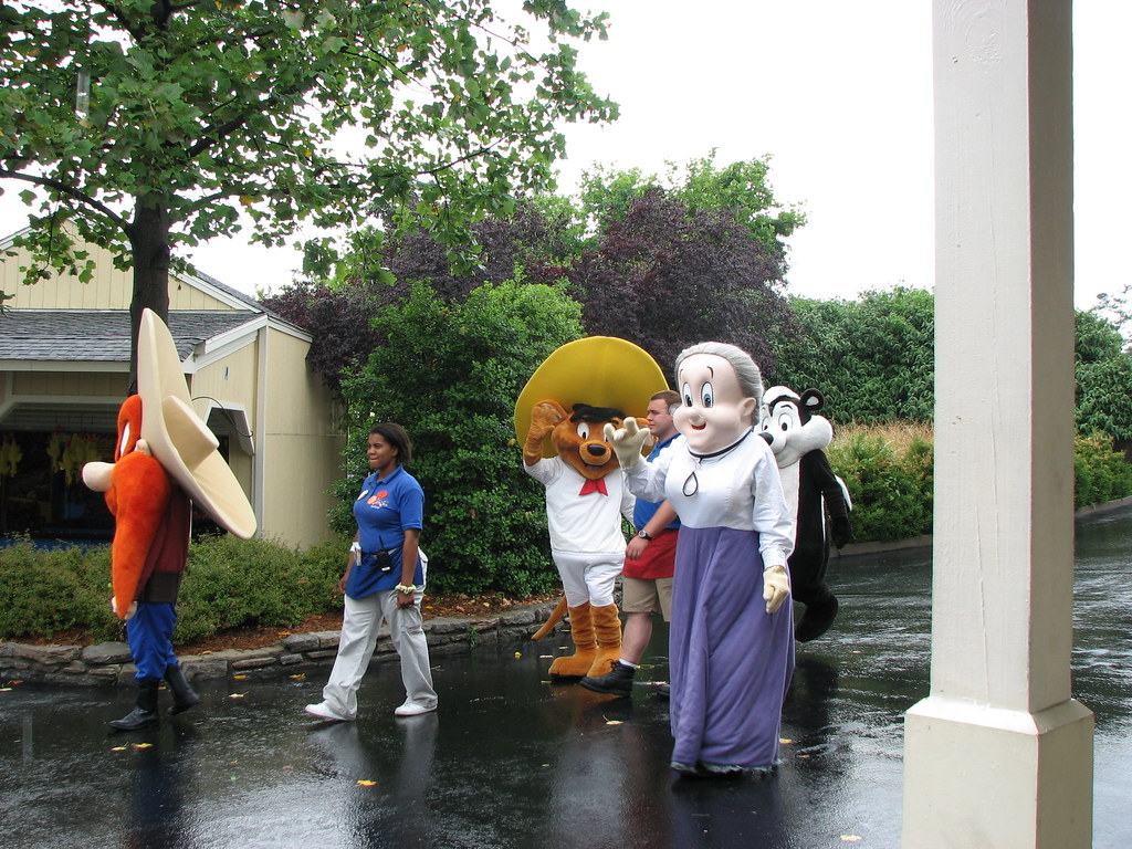Looney Tunes Characters Coming Out To Meet The Masses Flickr