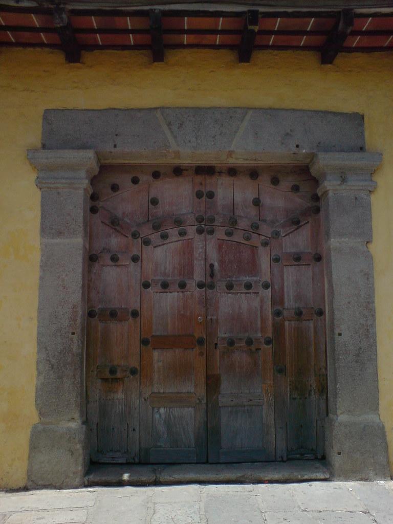 Puerta de una casa colonial en antigua guatemala roberto for Puerta blindada antigua casa gutierrez