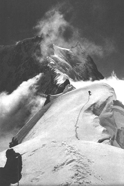 Η κόψη Rhakiot με έναν ορειβάτη -όχι τον Buhl πάντως, ο οποίος ξεκίνησε νύχτα την πορεία του- να ανηφορίζει προς την Silersattel (Ασημένια Σέλα), που φαίνεται χαρακτηριστικά στο πάνω μέρος. Μια κλασσική φωτογραφία, βγαλμένη από τον Peter Aschenbrenner, άγνωστο πότε ακριβώς.