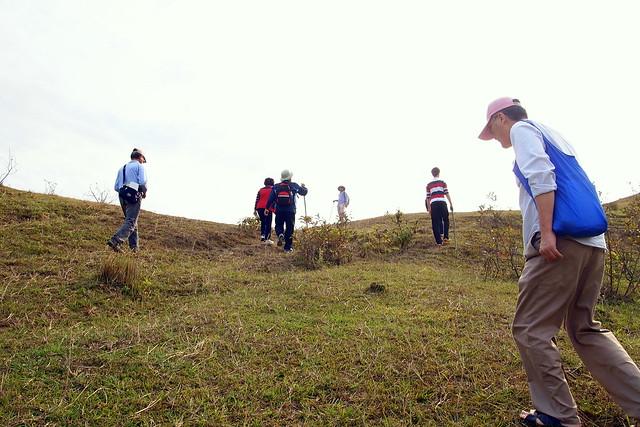 體驗爬過一個山頭的送信之旅,爬上山坡後視野更開闊。攝影:李育琴