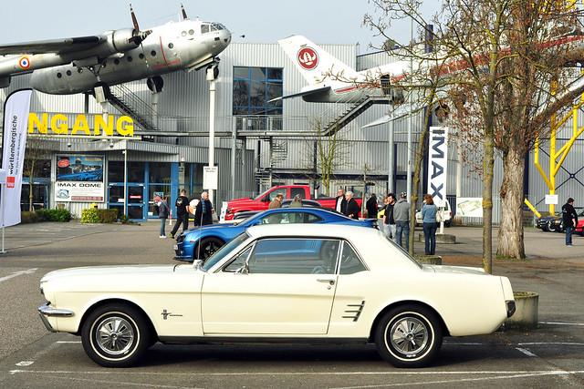 """Gestern, am Sonntag, war das Wetter so mild und sonnig, dass wir unseren Oldtimer Ford Mustang 1966 aus der Garage befreit haben, um mit ihm zum """"Benzingespräch beim Frühschoppen"""" nach Speyer zu fahren. Hier findet in der """"schöneren Jahreszeit"""" an jedem ersten Sonntag im Monat ein Treff für Oldtimer, Youngtimer, Traktoren und Motorräder und allerlei besondere Fahrzeuge auf dem Gelände des Technik-Museums statt. Ganz so ideal war das Wetter dann aber doch nicht: """"Sahara-Staub würgt den Frühling ab"""" titelte eine Online-Wettervorhersage. Dieser Staub trübt zum einen die Atmosphäre, zum anderen setzt sich an den Staubteilchen Feuchtigkeit ab, was zu zusätzlicher Wolkenbilung führt. Ein bisschen mehr Licht wäre zum Fotografieren besser gewesen ... trotzdem ist eine schöne Sammlung an tollen Autobildern zusammengekommen. Folgende Marken und Typen waren u. a. vertreten: Ford Mustang (alt und neu), Mercedes 170 V, Triumph TR6, Mercury Cougar, Borgward 1500, Cadillac, Hot Rod, Ford Galaxy, Buick, Checker-Taxi, Ford Thunderbird, Lincoln Continental, Porsche, VW Käfer ... Auch ansonsten war in Speyer viel los: Jahrmarkt, Messen, verkaufsoffener Sonntag ... Ein gelungener Tag mit netten Menschen, interessanten Gesprächen - und freundlichen Hundebekannschaften :-) Bei einem Rundgang in der Innenstadt zum Dom und Altpörtel konnte man Kaffee und Eis im Freien genießen. Danach ging es *brumm-brumm* mit dem Oldtimer wieder zurück nach Mannheim. Foto Brigitte Stolle 2016"""