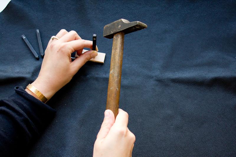 Gravure d'un texte sur cuir