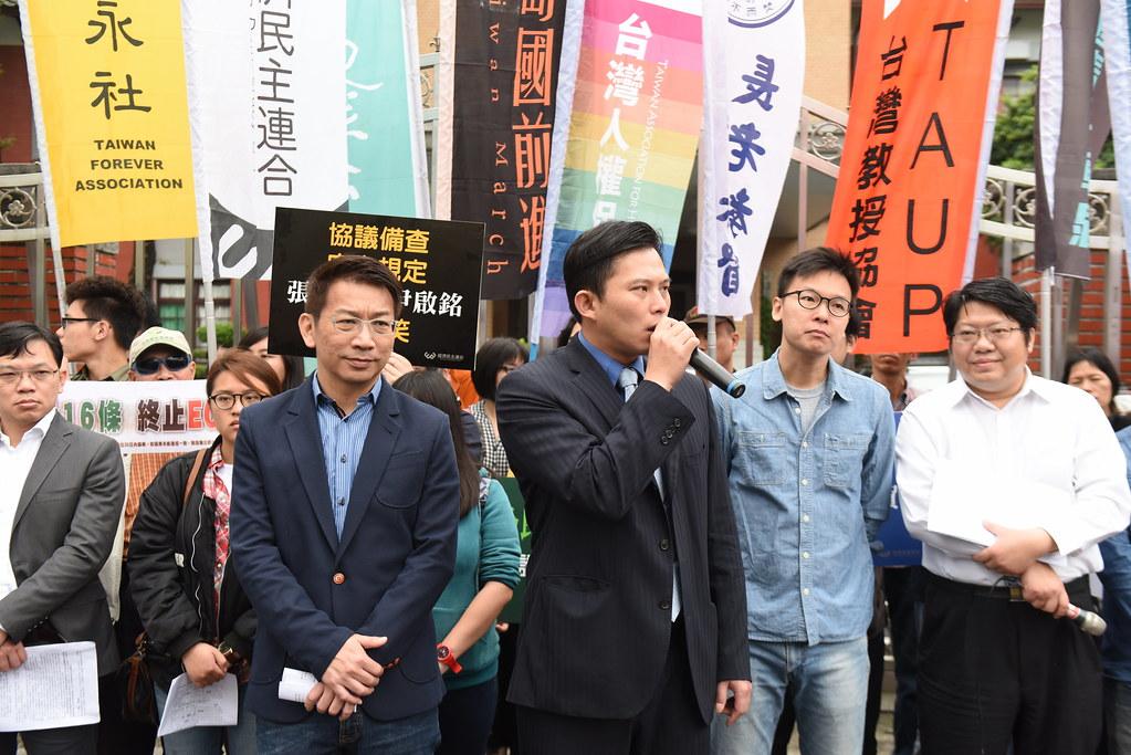 4月15日,時代力量主席黃國昌回應民間團體訴求。(攝影:宋小海)