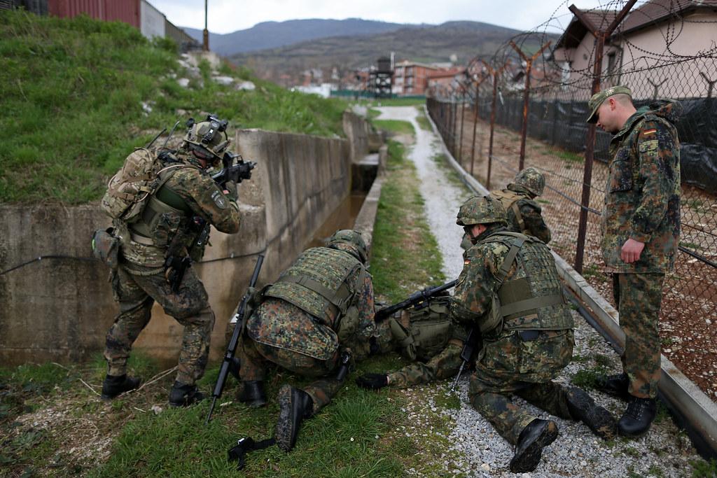 Sanitäter logo bundeswehr  Alarmübung der Sanitäter im Einsatz KFOR | Soldaten des deut… | Flickr