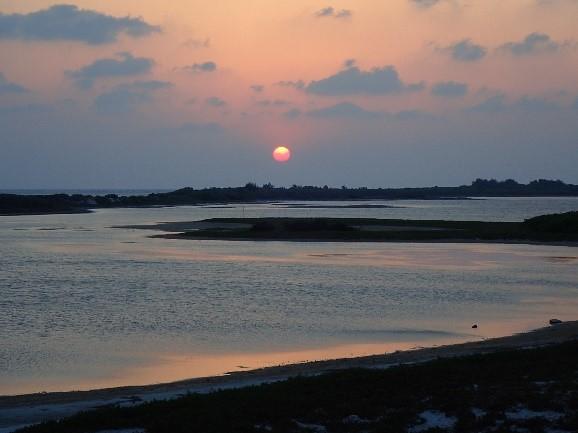 東沙島潟湖口的夕陽。