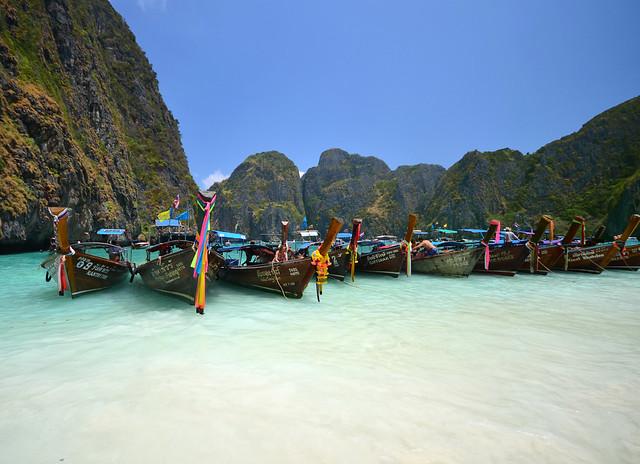 Postal de Tailandia donde se ve a la preciosa playa donde se filmó The Beach la película de Leonardo DiCaprio