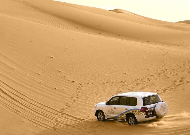 Subiendo dunas con el todoterreno en el desierto