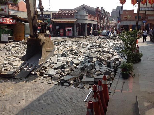 6日,三峽老街的石板路、鑄鐵地磚、無預警被拆除。圖片來源:邱天祿。