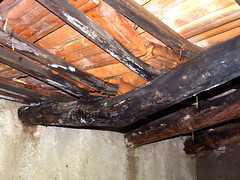 Le toit du caseddu en mauvais état