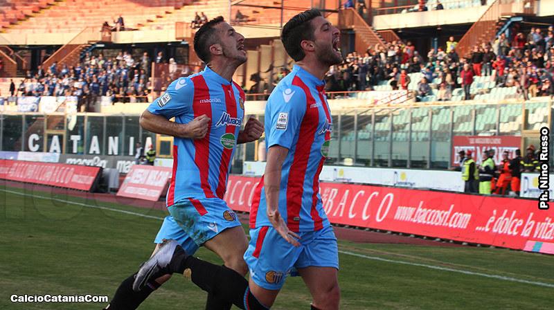 Falcone esulta dopo il gol al Matera.