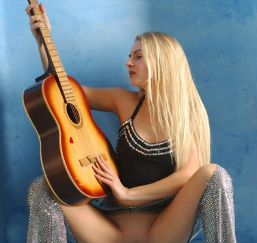 Девушка-гитаристка