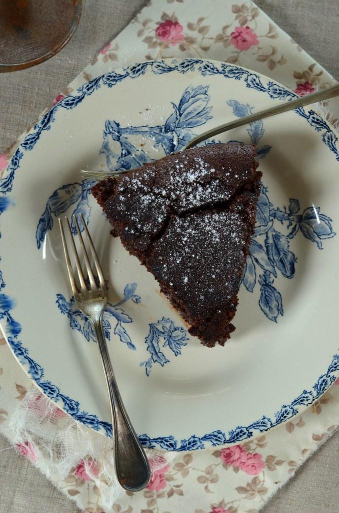 Gâteau fondant au chocolat et noisettes