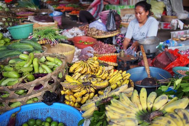 走訪傳統市場,可以品嘗到許多當地生產的生鮮蔬果。圖片來源:Franklin Heijnen。CC BY 2.0。
