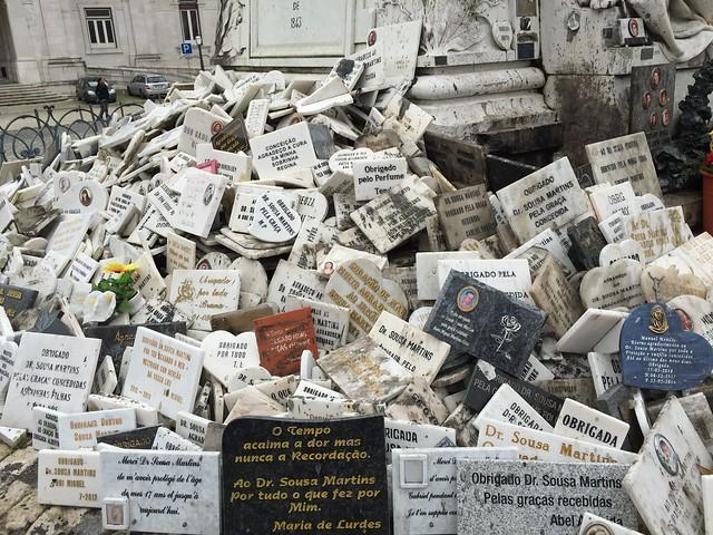 Mensajes dejados bajo la estatua del Doctor Sousa Martins (Lisboa)
