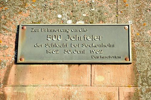 """Im März hatte ich hier über das Stück """"Das Mahl zu Heydelberg"""" berichtet, das die Seckenheimer Theatergruppe """"Blouß fa G'spass"""" im Rahmes der 1250-Jahrfeier im Seckenheimer Schloss aufgeführt hat. Historischer Hintergrund: Die """"Schlacht bei Seckenheim"""" im Jahre 1462. Die damaligen Akteure: Kurfürst Friedrich I. von der Pfalz, Markgraf Karl I. von Baden, dessen Bruder Bischof Georg von Metz, Ulrich V. von Württemberg ...  Gleich darauf war ich in Mannheim-Friedrichsfeld auf Fotopirsch. Ziel: Das Denkmal, das an die Schlacht von Seckenheim 1462 erinnert und vom Mannheimer Altertumsverein dort aufgestellt worden ist. Ich hatte Glück und das Denkmal zeigte sich in strahlendem Sonnenschein. Aber auch sonst gab es im Stadtteil Friedrichsfeld viele tolle Fotomotive. Foto Brigitte Stolle 2016"""