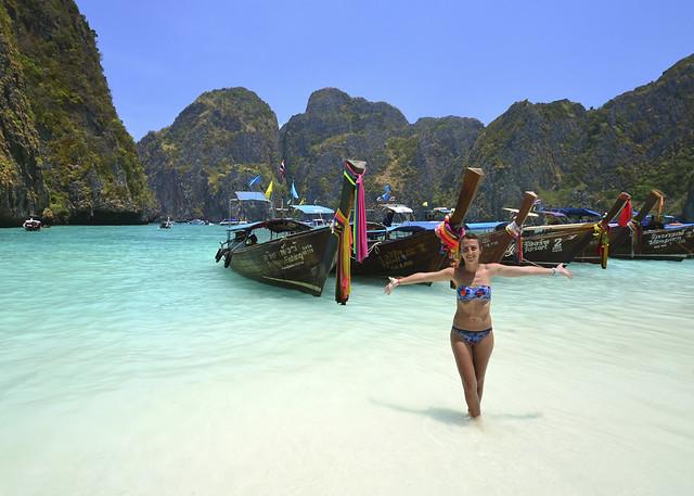 Diana posando frente a la barca que nos trajo hasta Maya Bay, la playa de Leonardo DiCaprio