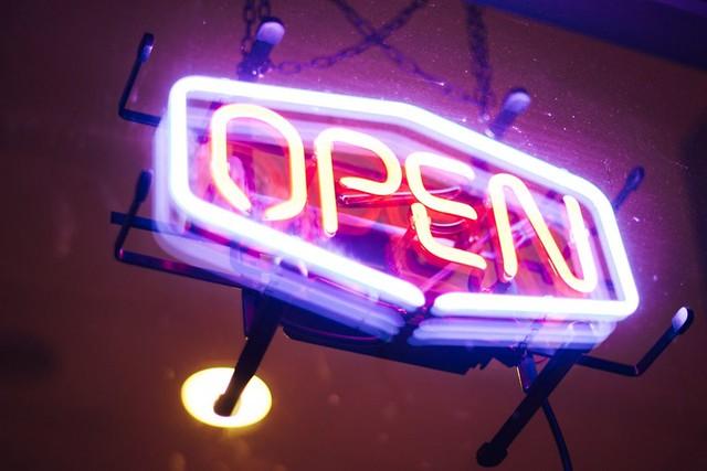 neon_open_splitshire_r.jpg
