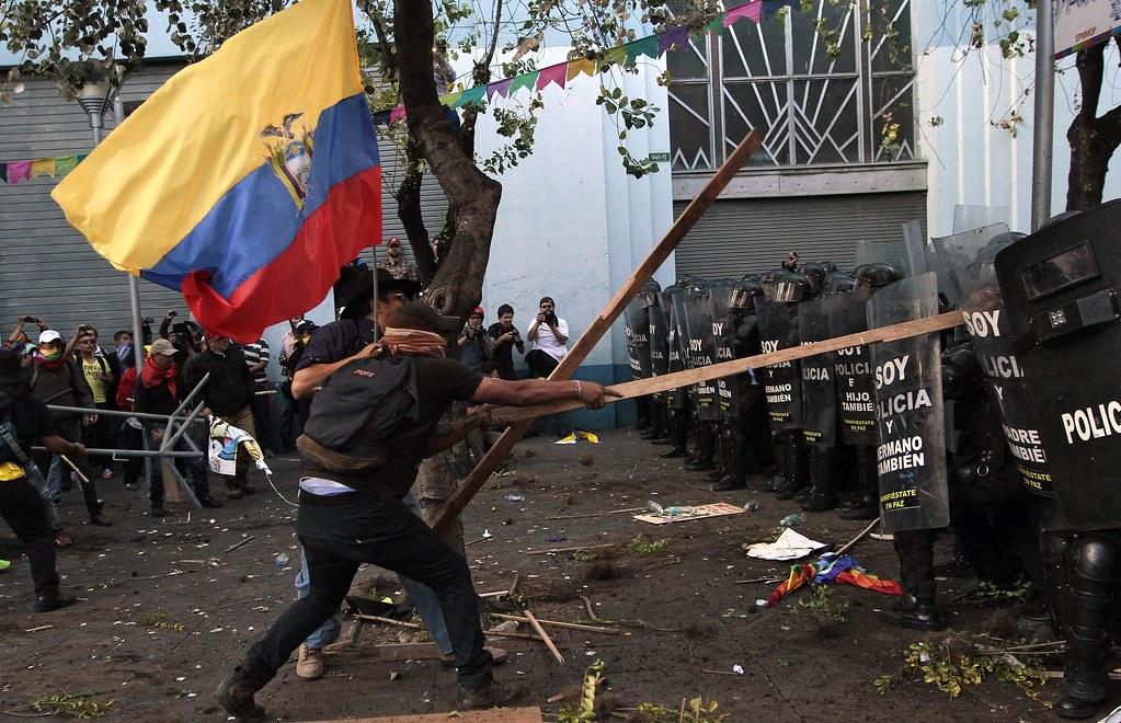 2015年8月13日,厄瓜多左右翼勢力同時走上首都基多的街頭,遊行期間迭見警民衝突。(圖片來源:Juan Cevallos/AFP)