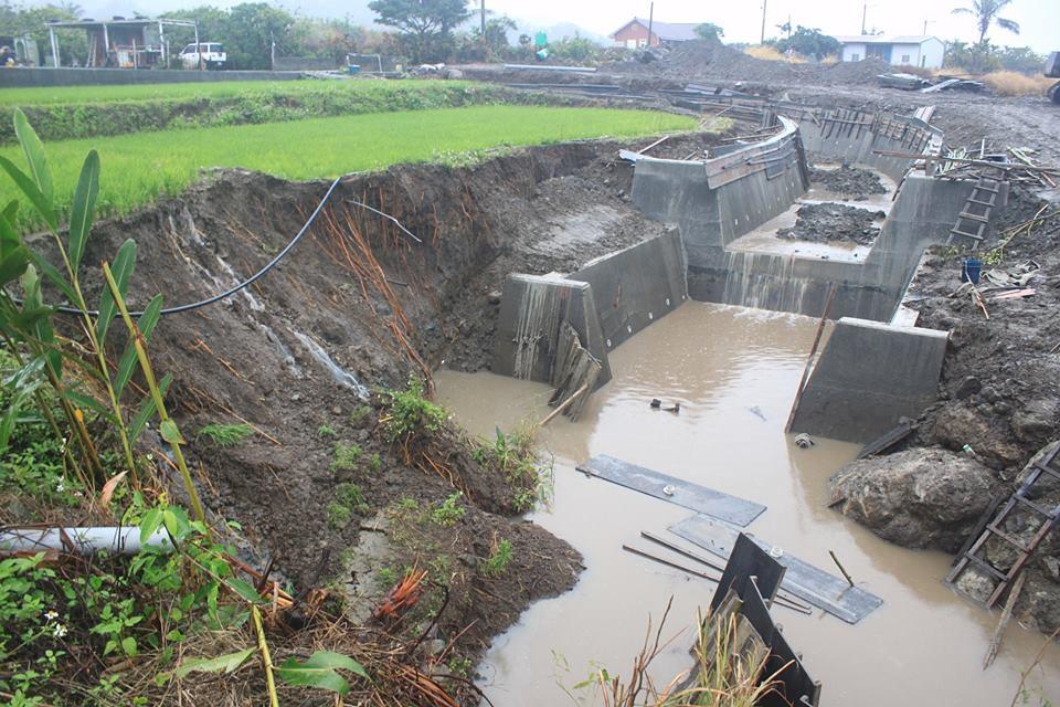被開挖的水圳與滲水的水田。